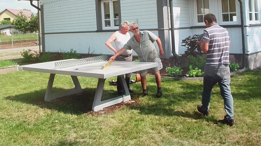 Jarzębiej Łące stanął kamienny stół do tenisa.